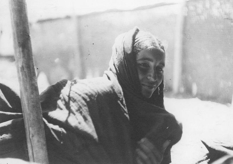 Benati oult Lita sous sa tente