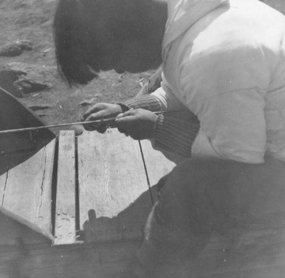Finissage d' une courroie à l'aide d' un couteau