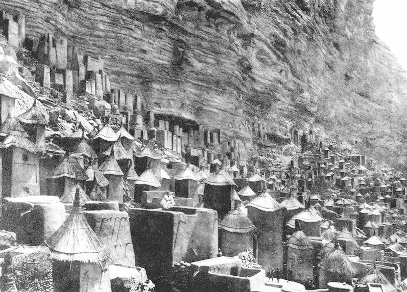 Village au pied de la falaise