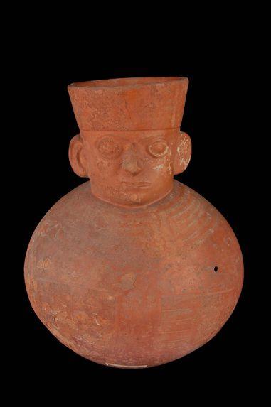 Vase à goulot céphalomorphe