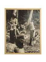 Sans titre [Hommes fabricant des coiffes pour la cérémonie du Maraké]