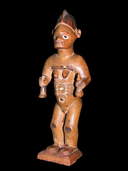 Statuette féminine debout tenant une calebasse
