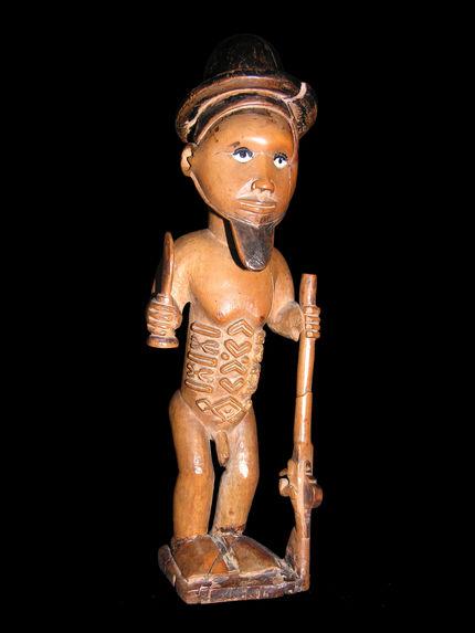 Statuette masculine de chasseur avec chapeau rond