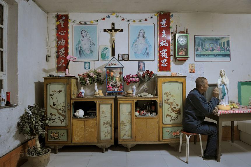 Une coreligionnaire peint un portrait de saint