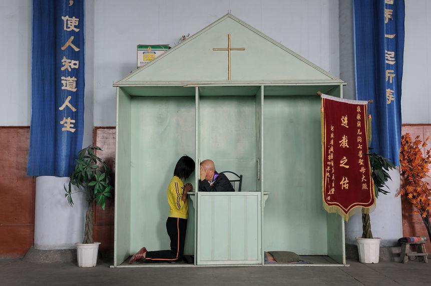Un confessionnal avec un drapeau de l'accessit
