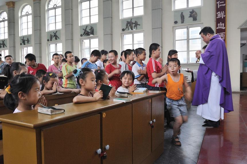 Des enfants reçoivent la communion. Ils étaient très joyeux
