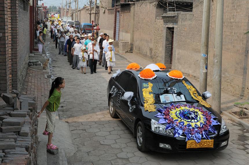 Une noire voiture bien décoré [sic] pour assister aux obsèques