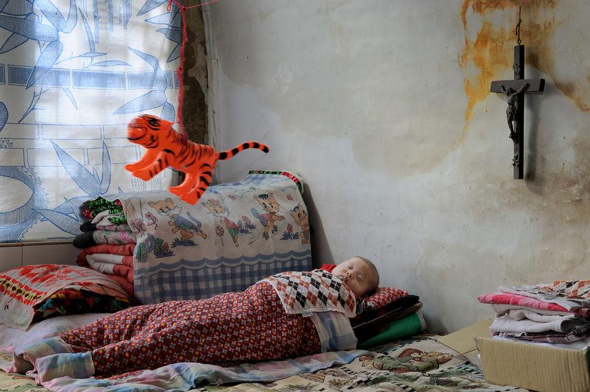 Un bébé dort profondément accompagné de son tigre d'enfant