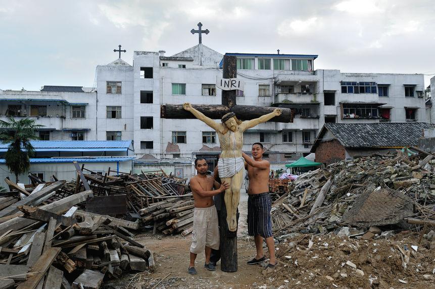 Après le tremblement de terre, l'église a été complètement détruite. Jésus est là-bas comme autrefois