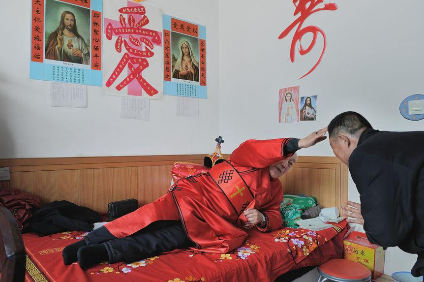 Une bénédiction devant le lit d'évêque mongol