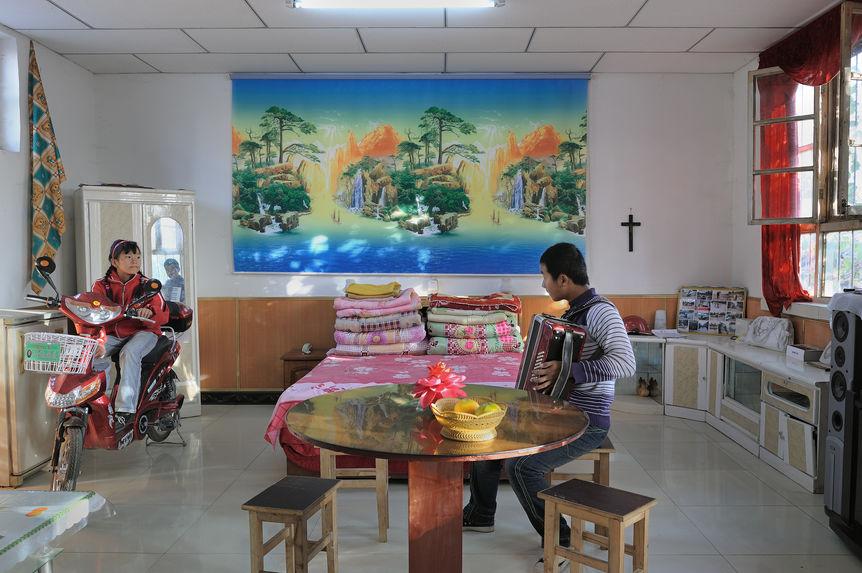La décoration sur le mur avec un morceau de rideau