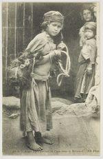 Jeune Fille portant de l'eau dans le Mezoued