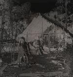 Jeune Lacandon devant une habitation