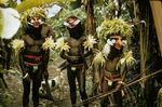 Hommes en masque à la fin d'une cérémonie funéraire