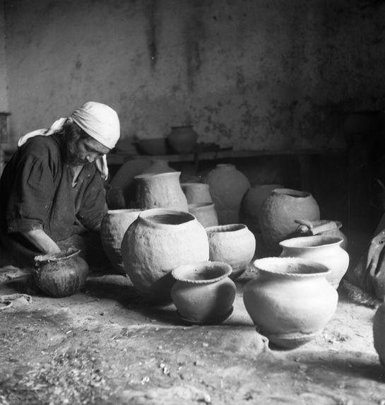 Bande film de 3 vues concernant une femme faisant de la poterie