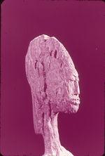 Détail d'une figure féminine, debout en bois