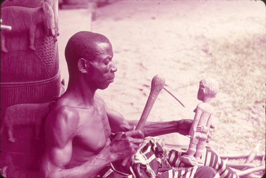 Sculpteur baoulé au travail, dans le patio du Musée d'Abidjan