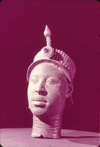 Tête commémorative. Bronze