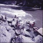 Sans titre [hommes sur des rochers et pirogue sur le fleuve Mahakam]