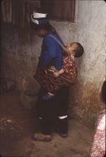 Neitian [femme portant un enfant sur le dos]