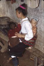 Neitian [femme assise portant un enfant sur le dos et un sur les genoux]