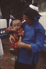 Neitian [femme portant un enfant dans les bras]