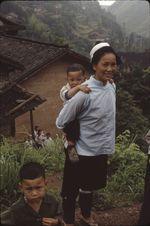 Neitian [femme portant un enfant sur son dos avec les bras]