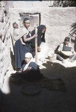 Femmes berbères pilant
