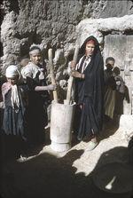 Femmes berbères pilant le grain
