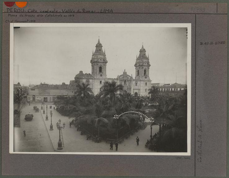 Plaza de Armas et la Cathédrale de Lima en 1913