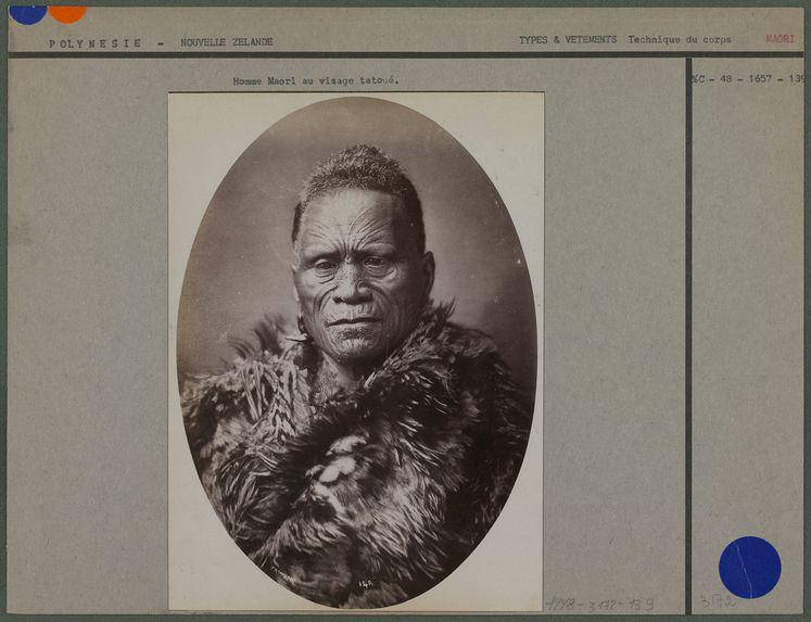 Homme Maori au visage tatoué