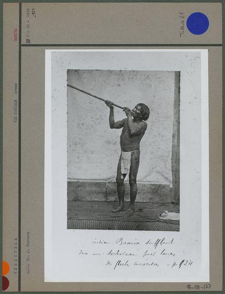 Indien Baniva soufflant dans une sarbacane