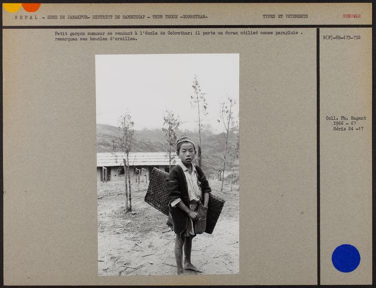 Petit garçon sunuwar se rendant à l'école de Gobrethar