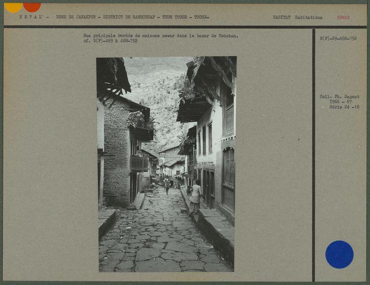 Rue principale bordée de maisons newar dans le bazar de Mekchan