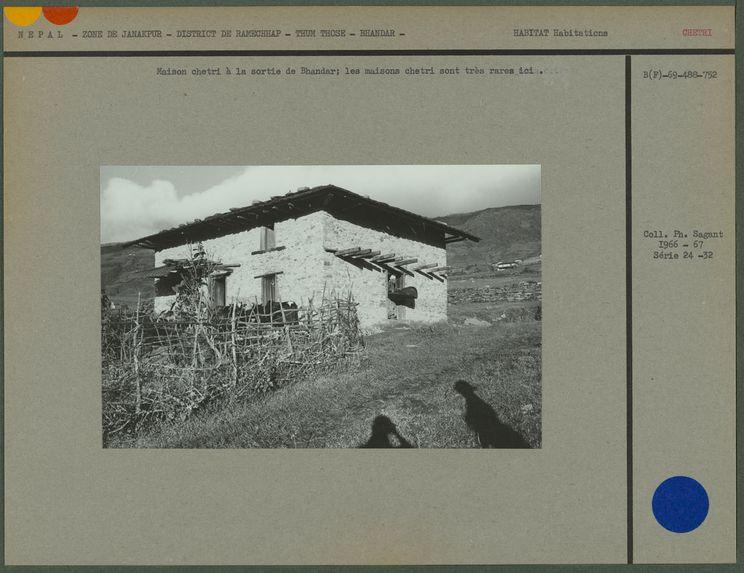 Maison chetri à la sortie de Bhandar; les maisons chetri sont très rares ici