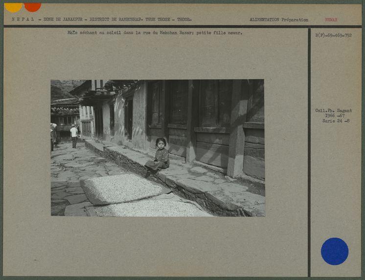 Maïs séchant au soleil dans la rue du Mekchan Bazar
