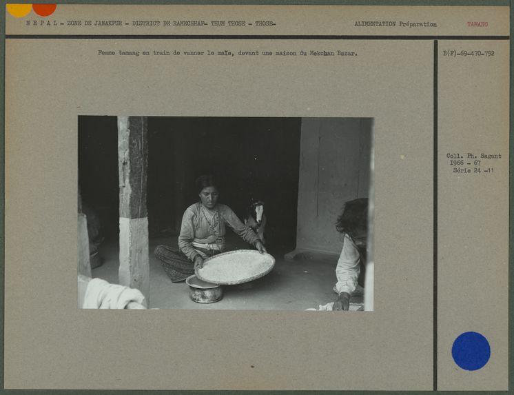 Femme tamang en train de vanner le maïs