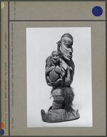 Statuette : femme portant deux enfants