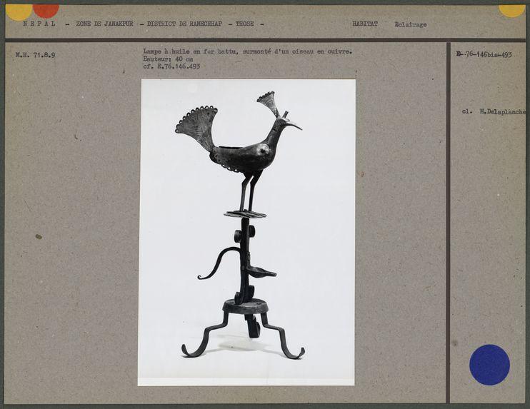 Lampe à huile en fer battu : oiseau
