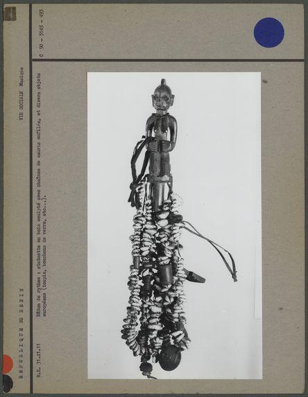 Bâton de rythme, bois et cauris avec diverses pièces d'enfilage