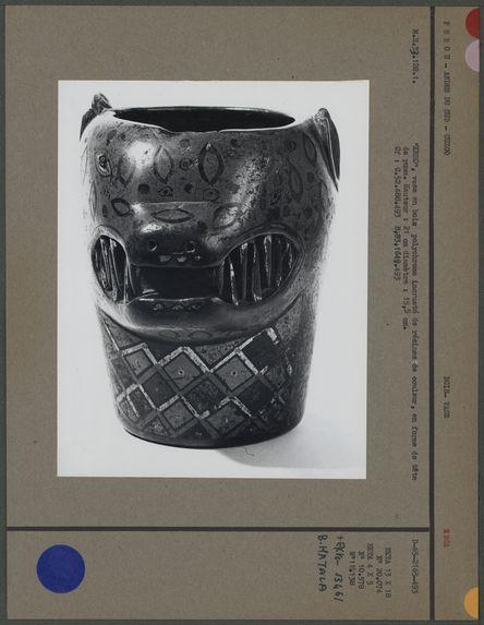 Vase en forme de tête de puma, en bois