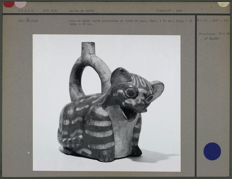Vase en forme de puma en terre cuite
