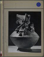 Vase en céramique, deux personnages dont une femme filant