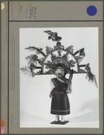 Poupée en bois peint et en plumes