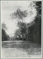 Grès de Birikye [personnes rassemblées sur un massif rocheux]