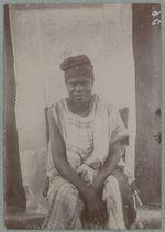 Goudjio, frère de Ouayo [homme assis de face]