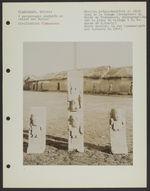 Quatre personnages sculptés en relief sur dalles