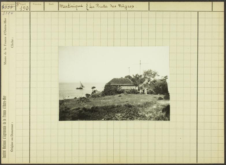 Martinique. La Pointe des Nègres [constructions au bord de l'eau et voilier]