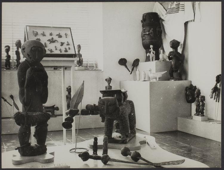 Sans titre [Vue d'objets dans une salle d'exposition du musée de la Côte d'Ivoire]