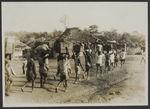 En route. Mission IFAN Dekeyser-Holas au Libéria en 1948. [Porteurs]